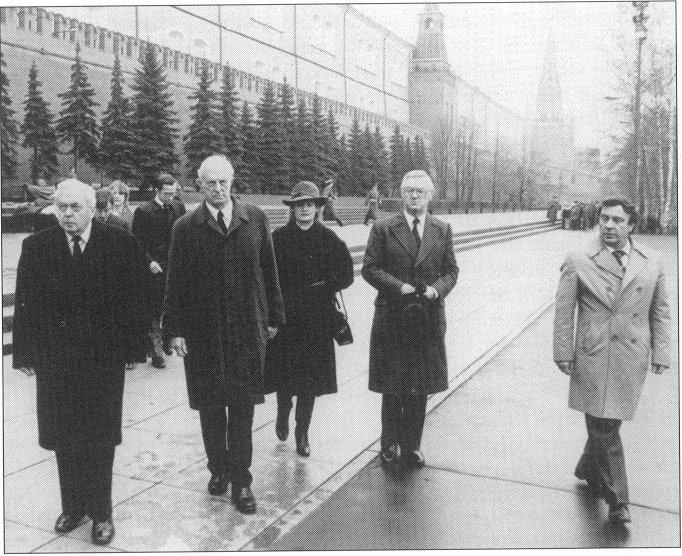 Москва, апрель 1983. Слева направо – Гарольд Вильсон, бывший премьер-министр, и Маклин. Геннадий Янаев – крайний справа.. В центре – Джон Робертс с женой.
